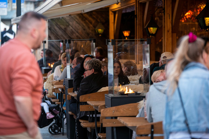 Zakopiańskie restauracje w tym roku odnotowały spory spadek w zarobkach. Górale są zaskoczeni oszczędnością turystów /Piotr Korczak/REPORTER /Reporter