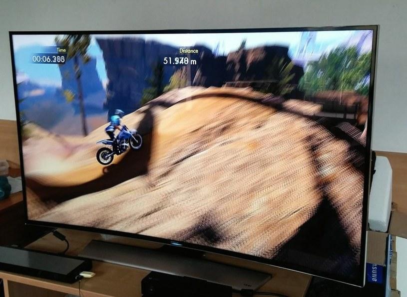 Zakrzywiony telewizor i Xbox One - gry konsolowe nie obsługują 4K, ale i tak dzięki nim widać, jak dobrze sprawdza się ten telewizor /INTERIA.PL