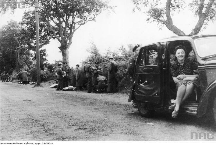Zakup cywilnych ubrań przed opuszczeniem obozu Polskiego Korpusu Przysposobienia i Rozmieszczenia w Ayr /Z archiwum Narodowego Archiwum Cyfrowego