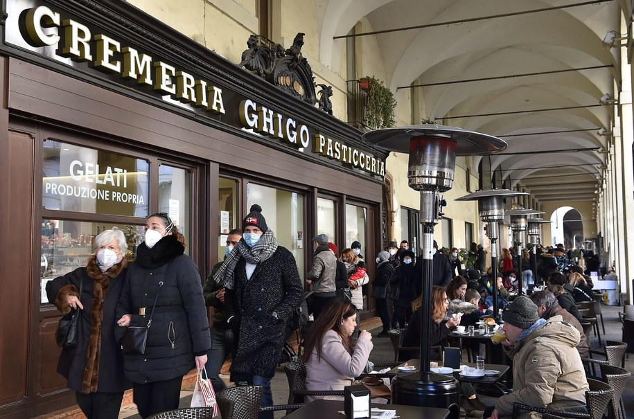 Zakupy bożonarodzeniowe w Turynie /ALESSANDRO DI MARCO  /PAP/EPA