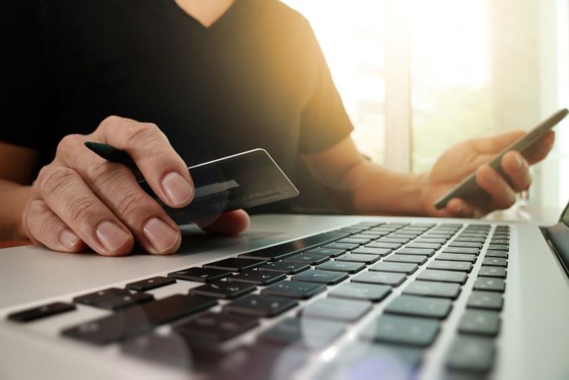 Zakupy przez internet pozwalają skorzystać z wielu promocji /123RF/PICSEL