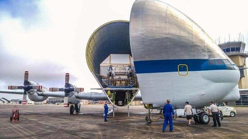 Załadunek kapsuły na pokład Super Guppy /NASA