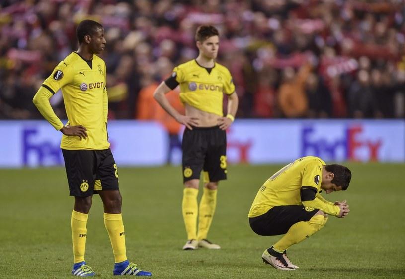 Załamani piłkarze Borussii Dortmund na Anfield Road /PAP/EPA