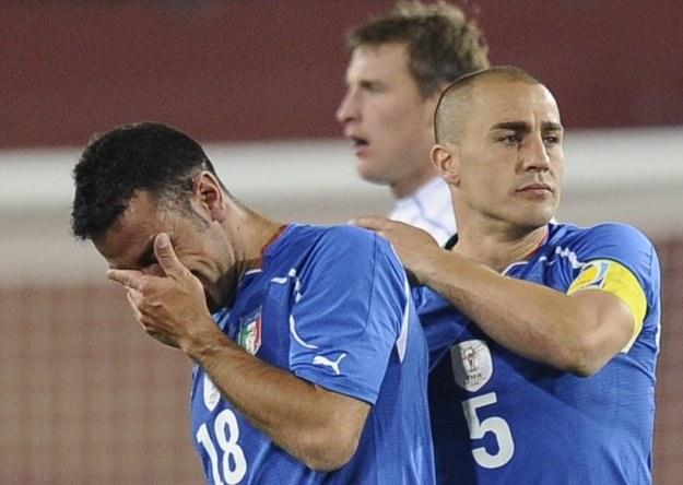Załamani Włosi - Fabio Cannavaro (z prawej) pociesza Fabio Quagliarellę /AFP