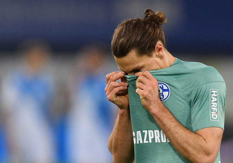 Załamany Benjamin Stambouli. Schalke spada z ligi /Frederic Scheidemann /PAP/EPA