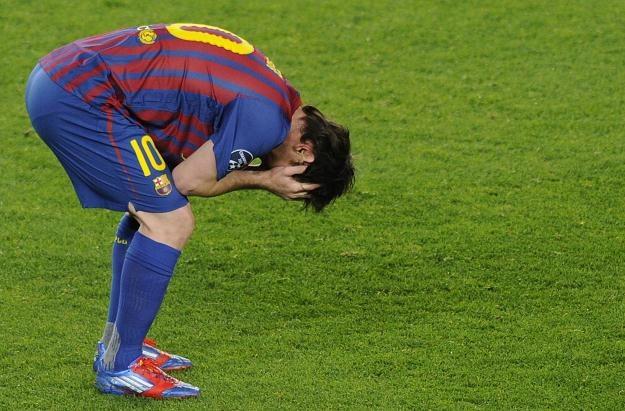 Załamany Lionel Messi po meczu z Chelsea Londyn /AFP