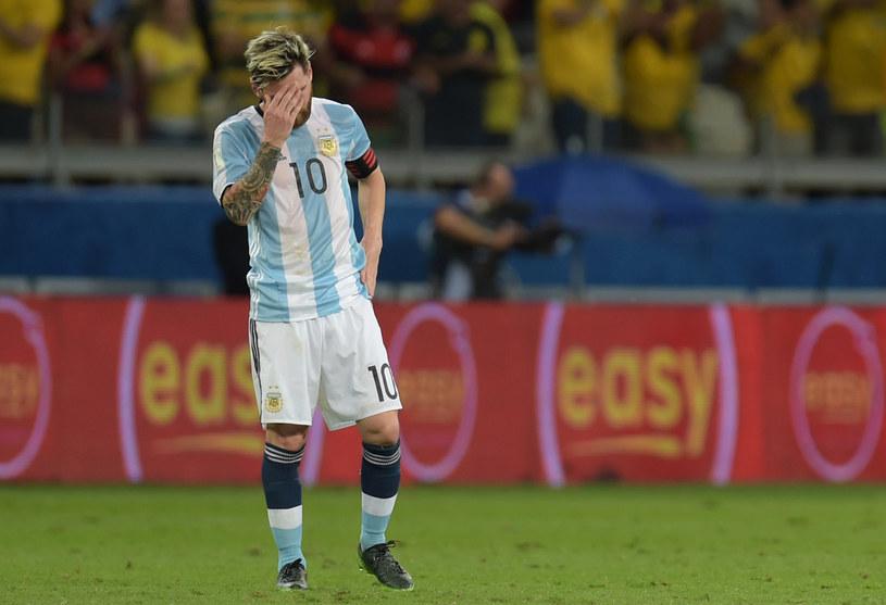 Załamany Messi w meczu z Brazylią /AFP