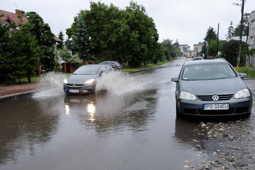 Zalana ulica Boranta w Poznaniu. Nad Poznaniem, 14 bm. przeszła ulewa, której towarzyszył porywisty wiatr /Jakub Kaczmarczyk /PAP