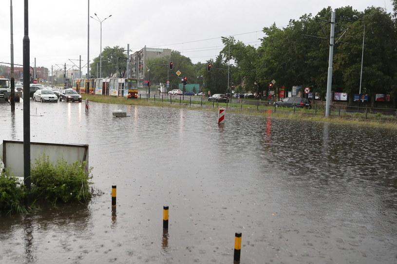 Zalana w wyniku ulewnego deszczu ulica Zgierska w Łodzi /Roman Zawistowski /PAP