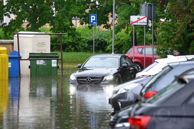 Zalania na osiedlu Łokietka, po gwałtownej burzy, która wczoraj przeszła nad Poznaniem / Jakub Kaczmarczyk    /PAP