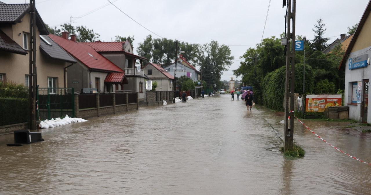 Zalany krakowski Bieżanów. Woda przelała się przez wał powodziowy