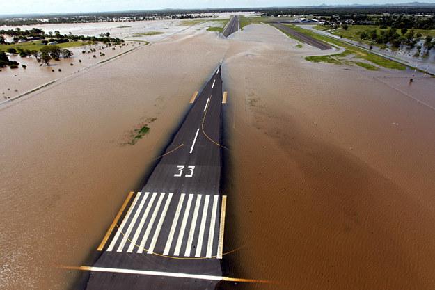 Zalany pas startowy lotniska w Rockhampton /AFP