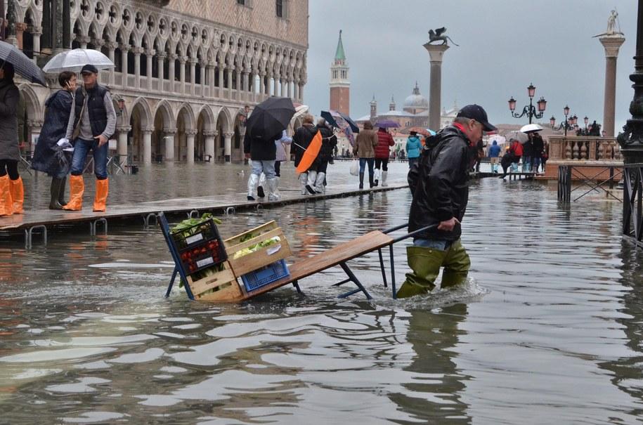 Zalany plac św. Marka w Wenecji /ANDREA MEROLA /PAP/EPA