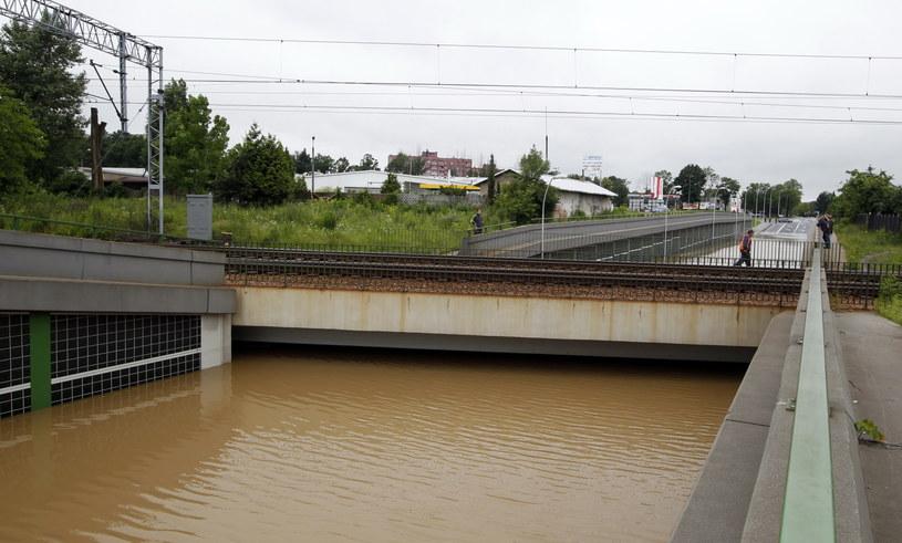 Zalany tunel pod torami kolejowymi w ciągu ulicy Bielskiej w Pszczynie /Andrzej Grygiel /PAP