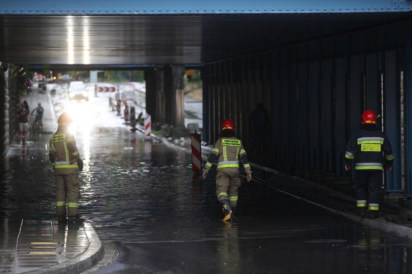 Zalany tunel przy ulicy Prądnickiej w Krakowie, po gwałtownej burzy, która przeszła nad miastem. /Łukasz Gągulski /PAP