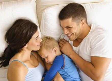 Zaleca się, aby noworodki najpierw nauczyły się ssać pierś, a potem dopiero spróbowały smoczka /ThetaXstock