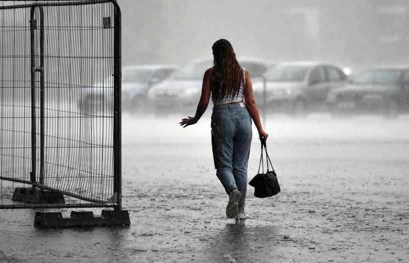 Zaleca się, aby podczas burz znaleźć bezpieczne schronienie /Artur Barbarowski /East News