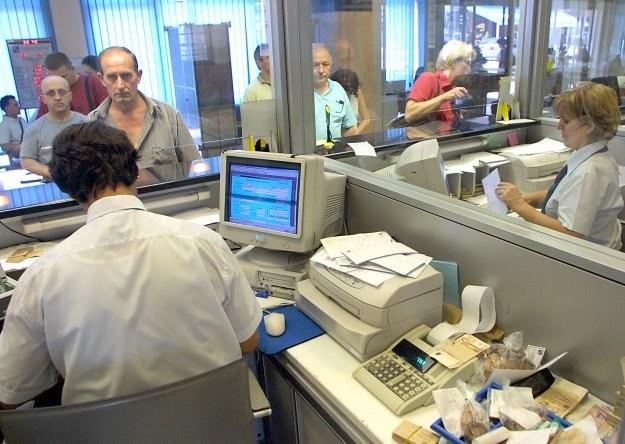 Zaległe zadłużenie Polaków w ciągu roku wzrosło o 95 proc. i wynosiło w lutym 16,78 mld zł /AFP
