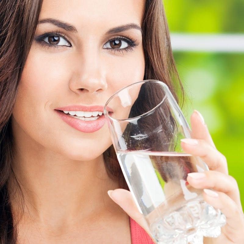 Zalety picia ciepłej wody /© Photogenica