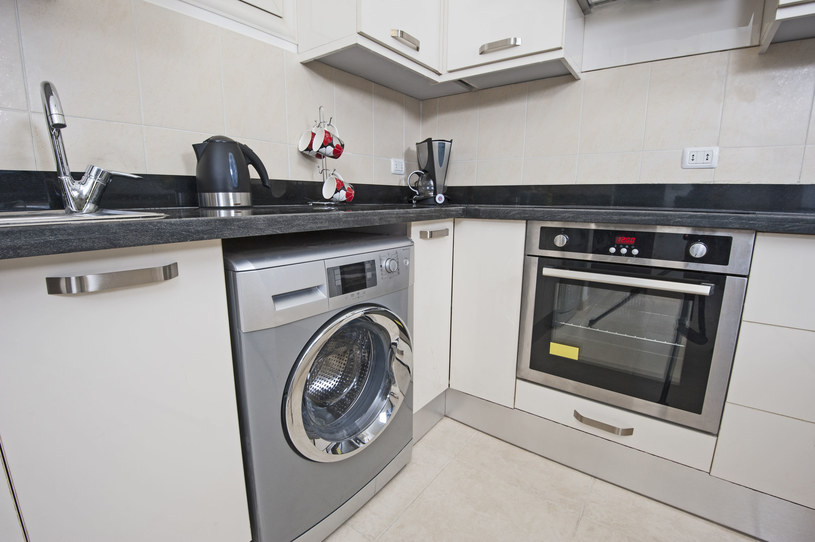 Zalety pralki do zabudowy dostrzegą nie tylko posiadacze małych mieszkań /123RF/PICSEL