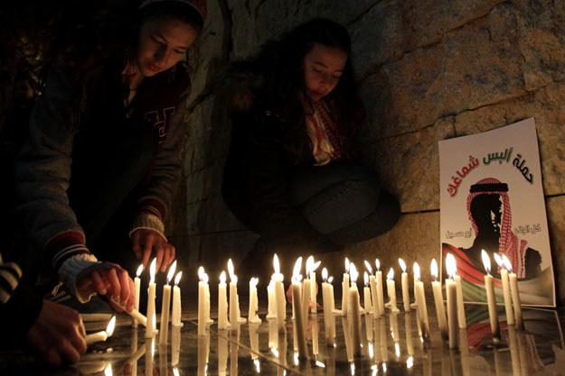 Żałoba po śmierci Muatha al-Kasaesbeha fot. Khalil Mazraawi /AFP