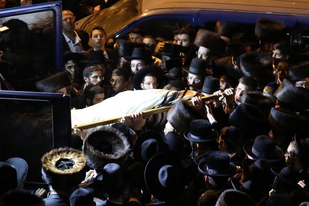 Żałobnicy podczas pogrzebu jednej z ofiar tragedii /ABIR SULTAN /PAP/EPA