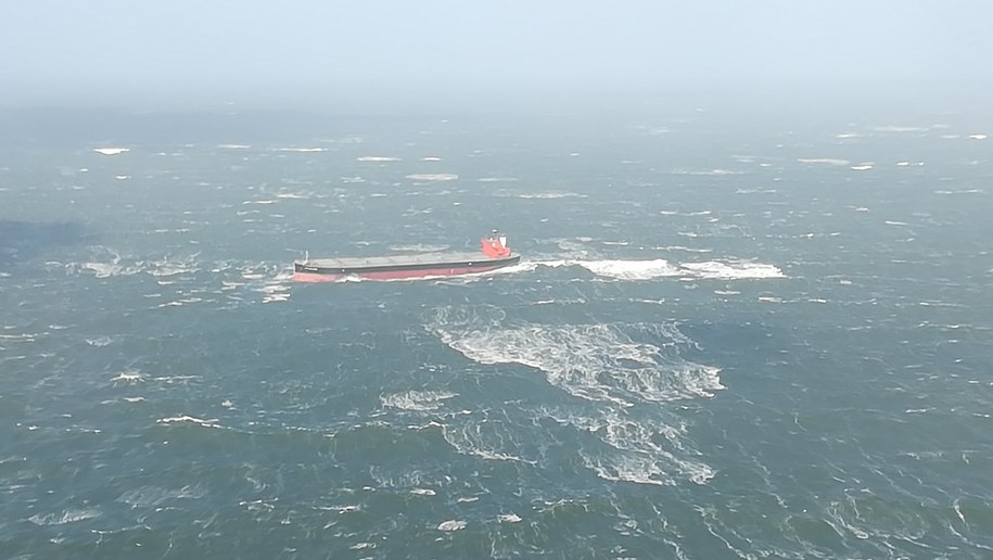 """Załoga """"Glory Amsterdam"""" przez kilka godzin nie była w stanie zapanować nad statkiem /GERMAN FEDERAL POLICE  /PAP/EPA"""