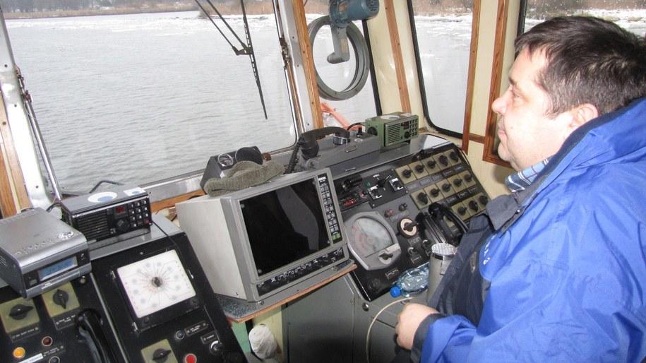 """Załoga """"Odyńca"""" pracuje nie tylko zimą. W pozostałe miesiące roku pracuje przy pogłębianiu Odry lub przy budowie przystani żeglarskich /Michał Fit /RMF FM"""