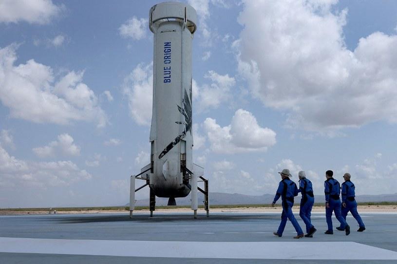 Załoga ogląda fragment rakiety, który wrócił na Ziemię /AFP