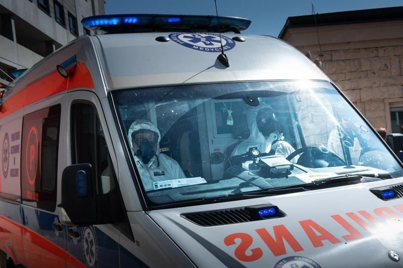 Załoga pogotowia ratunkowego w strojach ochronnych, zdjęcie ilustracyjne / Jacek Dominski /REPORTER /East News