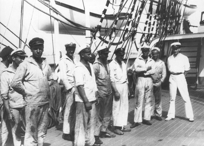 """Załoga statku szkolnego """"Dar Pomorza"""" należącego do Państwowej Szkoły Morskiej w Gdyni /Z archiwum Narodowego Archiwum Cyfrowego"""