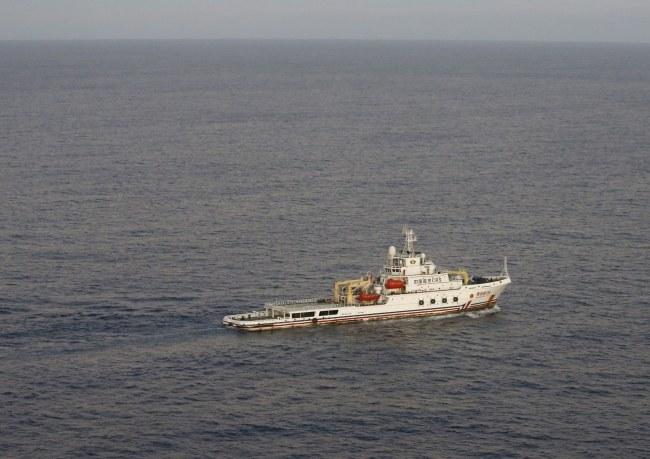 Załoga tego statku zanotowała sygnały, które mogą pochodzić z czarnej skrzynki /JASON REED / POOL /PAP/EPA