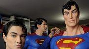 """Zalotny loczek, """"sześciopak"""" na brzuchu i czerwona peleryna - Superman w pełnej krasie"""