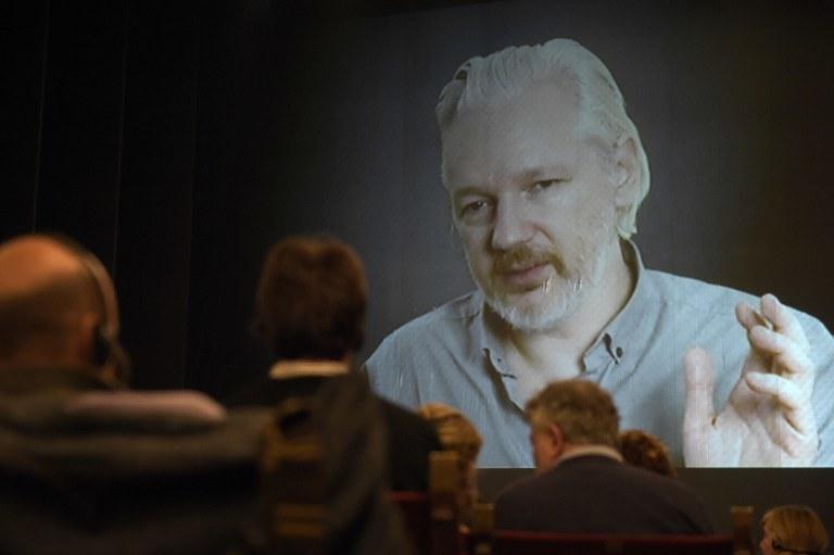 Założyciel portalu WikiLeaks Julian Assange podczas telekonferencji /JUAN MABROMATA / AFP /AFP