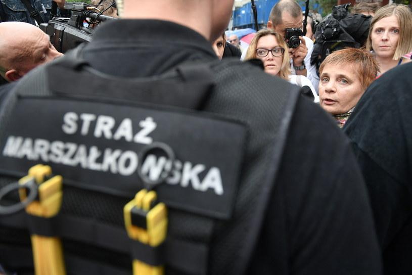 Założycielka i prezes fundacji Polska Akcja Humanitarna Janina Ochojska (2P) przed biurem przepustek Sejmu / Marcin Obara  /PAP