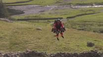Założył plecak i... poleciał ratować życie