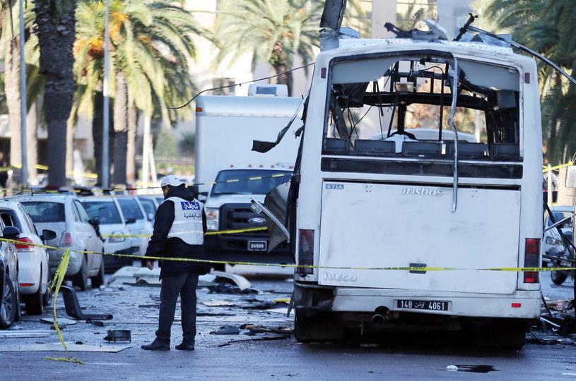 Zamach na autobus ochrony prezydenckiej w Tunezji /MOHAMED MESSARA /PAP/EPA