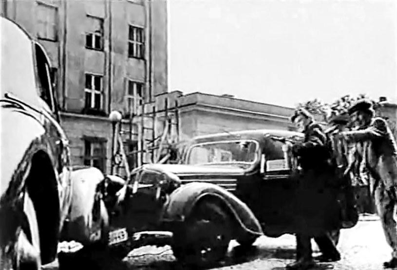"""Zamach na szefa SS i policji na dystrykt warszawski brigadeführera SS i generała majora Waffen SS Franza Kutscherę miał zostać """"powtórzony"""" w Krakowie. Kadr z filmu """"Zamach"""" z 1958 roku w reżyserii Jerzego Passendorfera. /Odkrywca"""