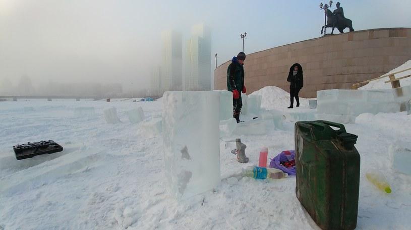Zamarznięta rzeka Iszym. Pracownicy wycinają bryły lodu, z których zrobią zjeżdżalnię dla dzieci /INTERIA.PL