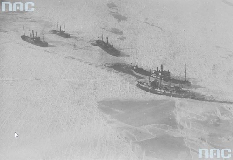 Zamarznięte statki uwięzione na Bałtyku - widok z lotu ptaka. Drugi od prawej widoczny SS Tczew /Z archiwum Narodowego Archiwum Cyfrowego