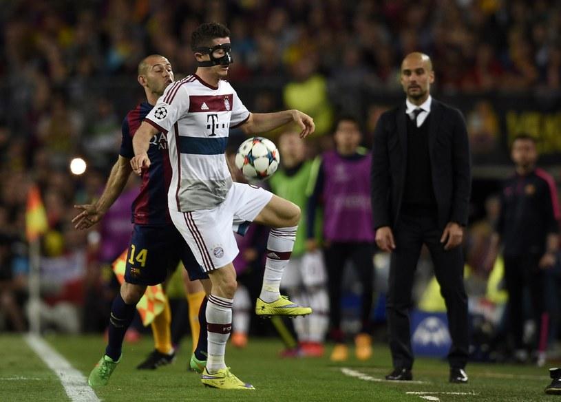 Zamaskowany Robert Lewandowski w walce z Javierem Mascherano /AFP