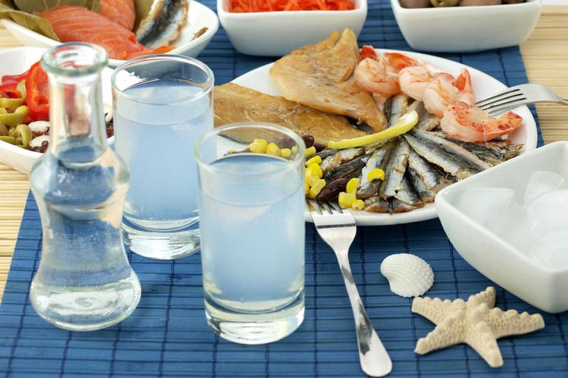 Zamawiając ouzo otrzymuje się dwie szklaneczki - jedna z ouzo, druga z czystą wodą, którą dolewa się do alkoholu wedle uznania, aż przybierze barwę mleka /123RF/PICSEL