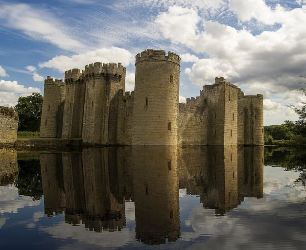 Zamek Bodiam w Wielkiej Brytanii /©123RF/PICSEL
