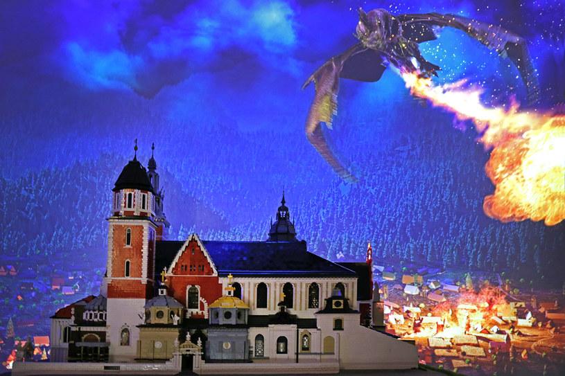 Zamek na Wawelu atakowany przez smoka /materiały prasowe