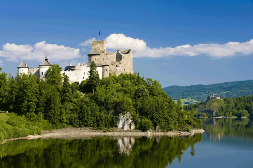 Zamek położony jest na wzgórzu, a otacza go malowniczy Dunajec i utworzony w XX w. zalew Czorsztyński. /123RF/PICSEL