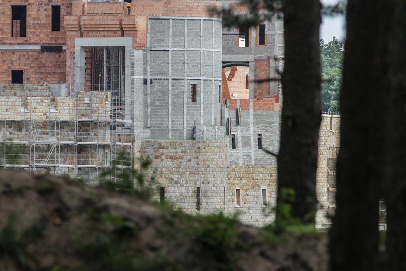 Zamek powstaje na jeziorze w miejscowości Stobnica /PAWEŁ F. MATYSIAK/POLSKA PRESS /East News