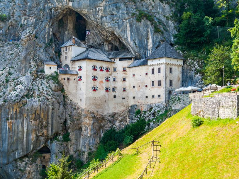 Zamek Predjama dosłownie wtopiony jest w skałę. Obecnie dostępny jest dla zwiedzających /123RF/PICSEL
