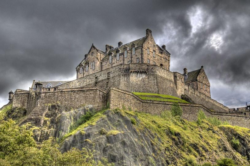 Zamek w Edyburgu znajduje się na szczycie monumentalnego skalistego wzniesienia (120 metrów n.p.m.) w samym centrum miasta /123RF/PICSEL