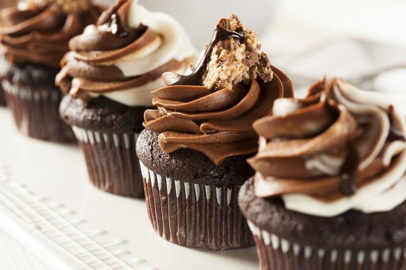 Zamiast czekolady, do śmietany możesz dodać pokruszone ciasteczka czekoladowe /123RF/PICSEL
