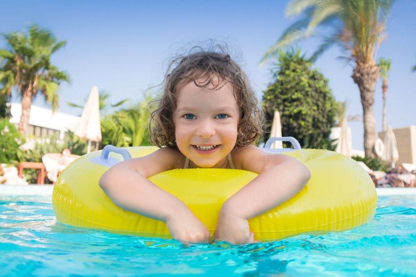 Zamiast decydować się na wyczerpujące spacery z przewodnikiem po zabytkach w palącym słońcu, lepiej wybrać wczasy z bogatą ofertą animacyjną w komfortowym hotelu, np. dla rodzin z dziećmi /123RF/PICSEL